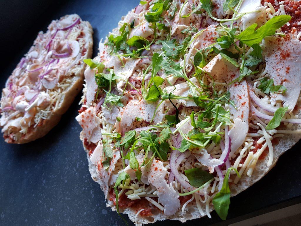 Snelle pizza van Turks brood. Pizza met kip Rucola recept