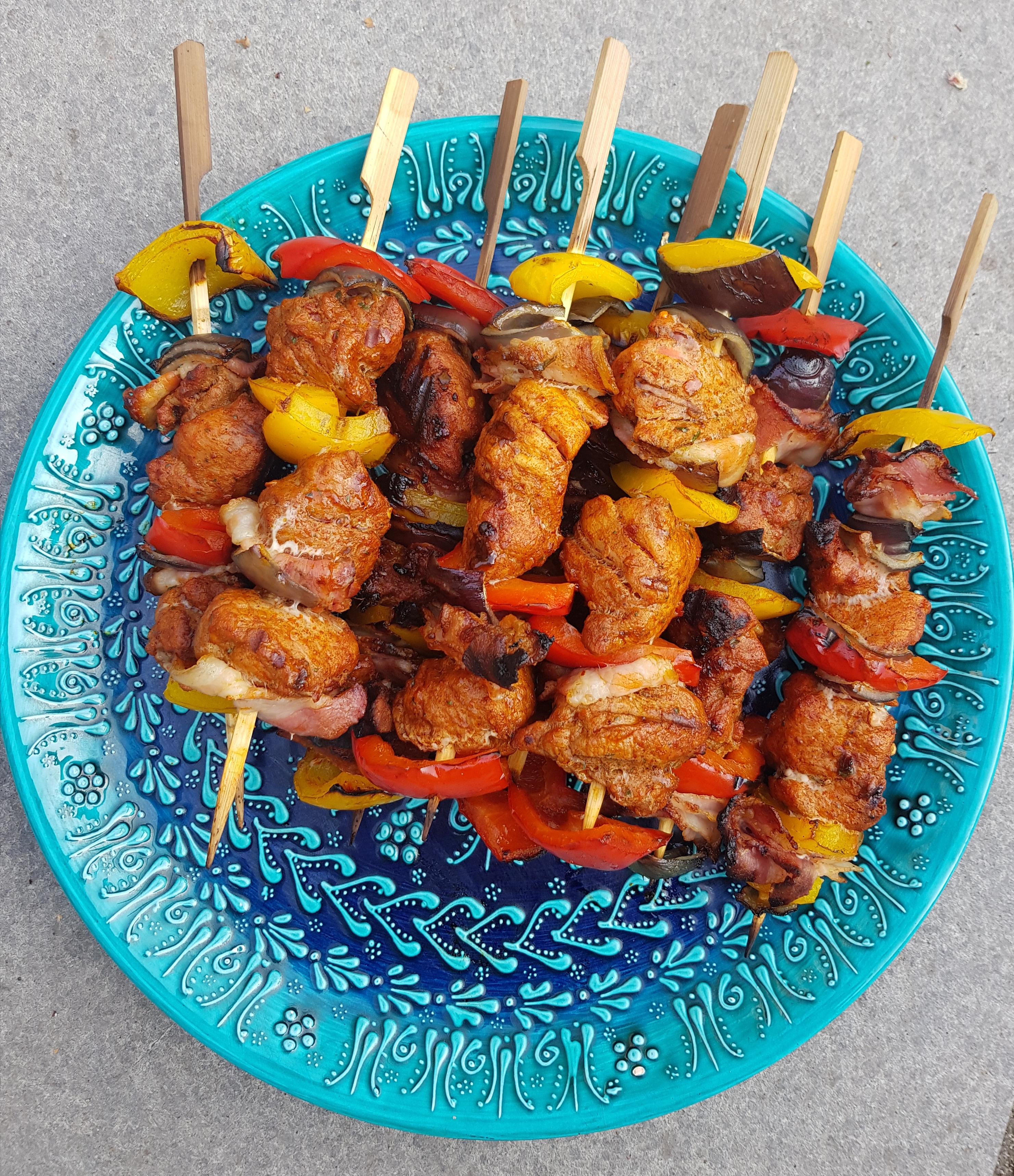 Piri piri spiesjes van de barbecue met varkenshaas, rode ui en paprika REcEPT