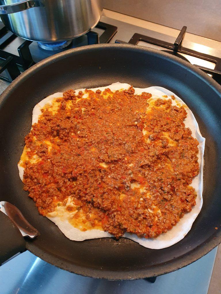 Turkse pizza lahmacun recept zonder pakjes en zakjes