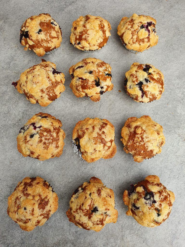 Blueberry muffins met kruimeltopping. Copycat starbucks blueberry muffins. Muffins met blauwe bessen